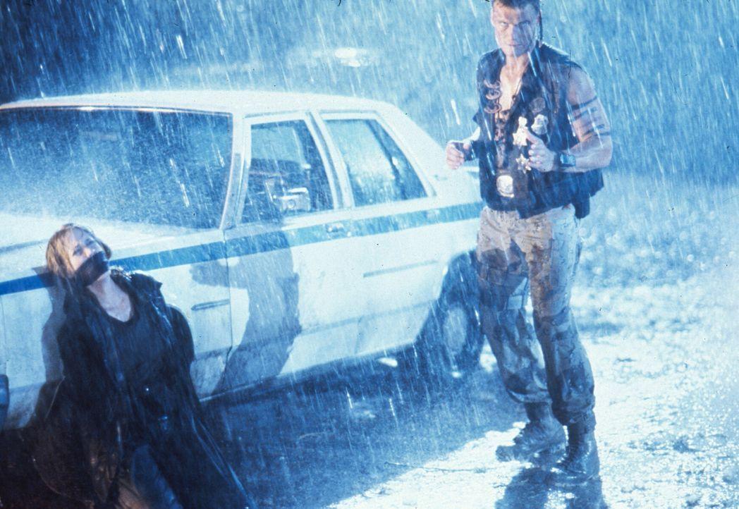 Um seinen verhassten Widersacher endgültig zu erledigen, macht sich Andrew (Dolph Lundgren, r.) an die Journalistin Veronica Roberts (Ally Walker, l... - Bildquelle: 1992 TriStar Pictures