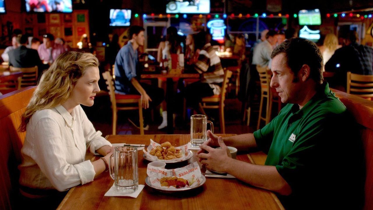 Witwer Jim (Adam Sandler, r.) und die alleinerziehende Lauren (Drew Barrymore, l.) lernen sich bei einem Blind Date kennen, das jedoch im Desaster e... - Bildquelle: Warner Brothers