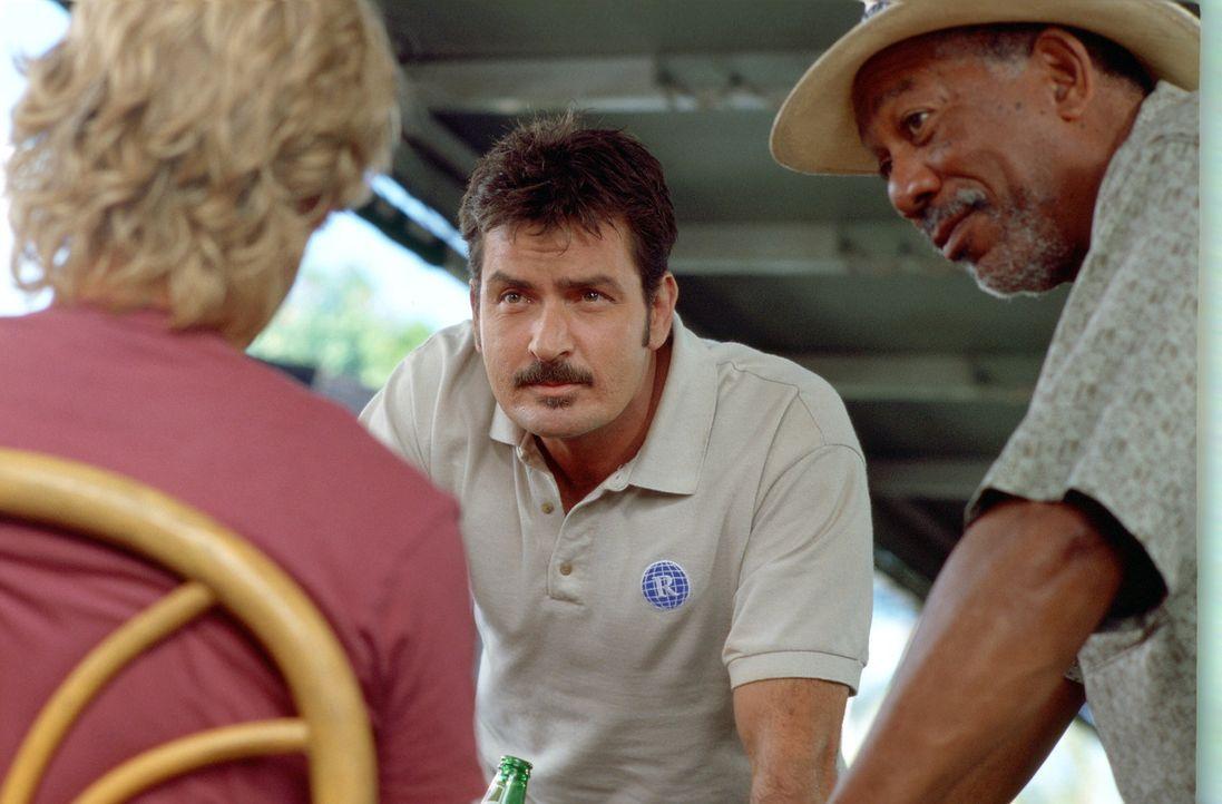 Planen ein ausgebufftes Spiel: Jack Ryan (Owen Wilson, l.), Richter Walter Crewes (Morgan Freeman, r.) und Bob (Charlie Sheen, M.) ... - Bildquelle: Warner Bros.