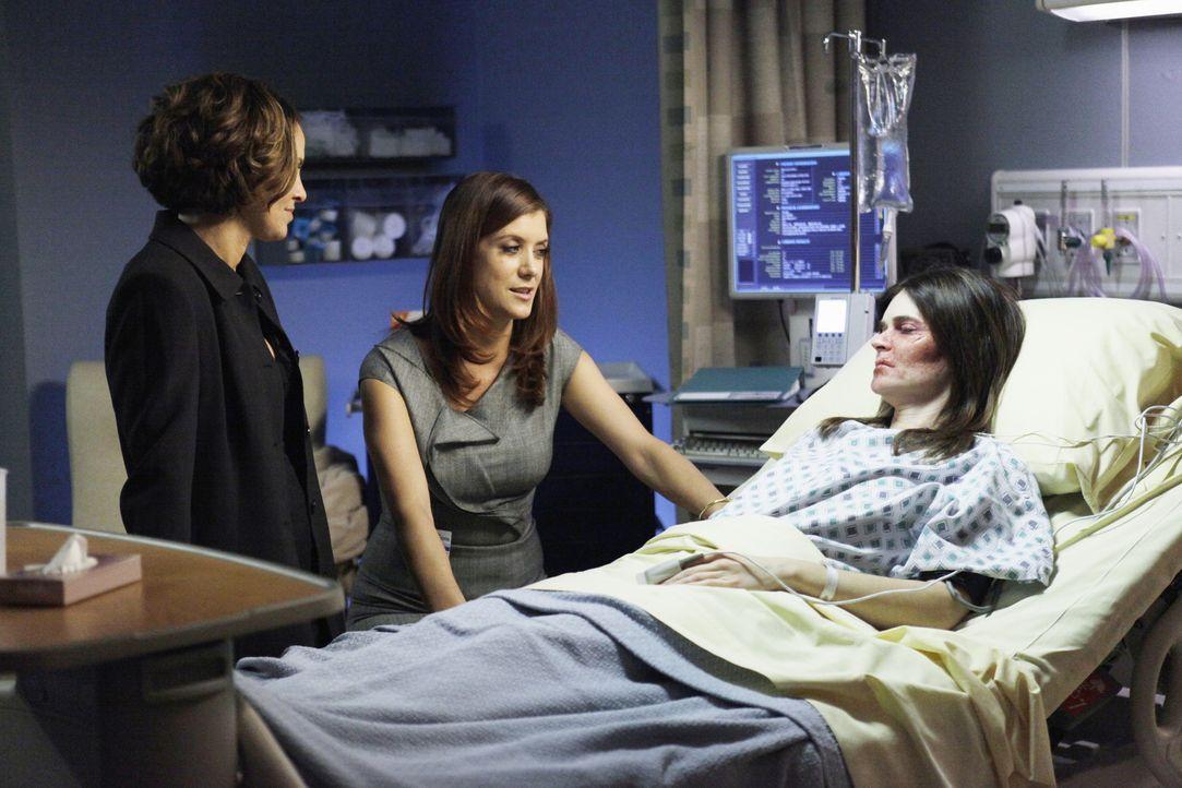 Gerade, als sich Violets (Amy Brenneman, l.) Privatleben durch den Rettungssanitäter Scott etwas bessert, wird sie von Joanna (Betsy Brandt, r.), d... - Bildquelle: ABC Studios