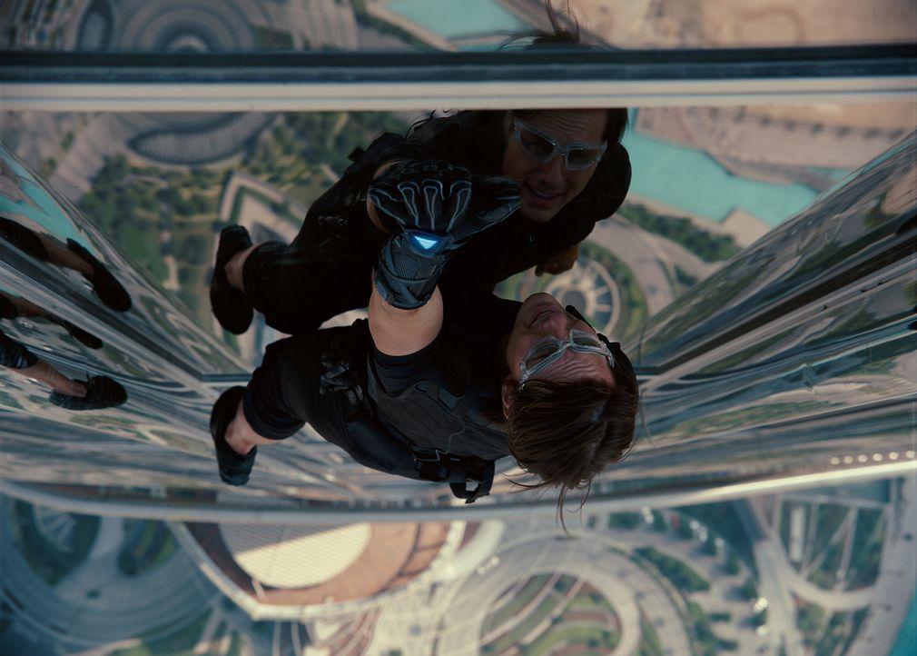 Achthundert Meter in die Tiefe könnte Ethan Hunt (Tom Cruise) bei seinem gewagten Manöver stürzen. Dies riskiert er, um das Leben vieler anderer... - Bildquelle: 2011 Paramount Pictures.  All Rights Reserved.