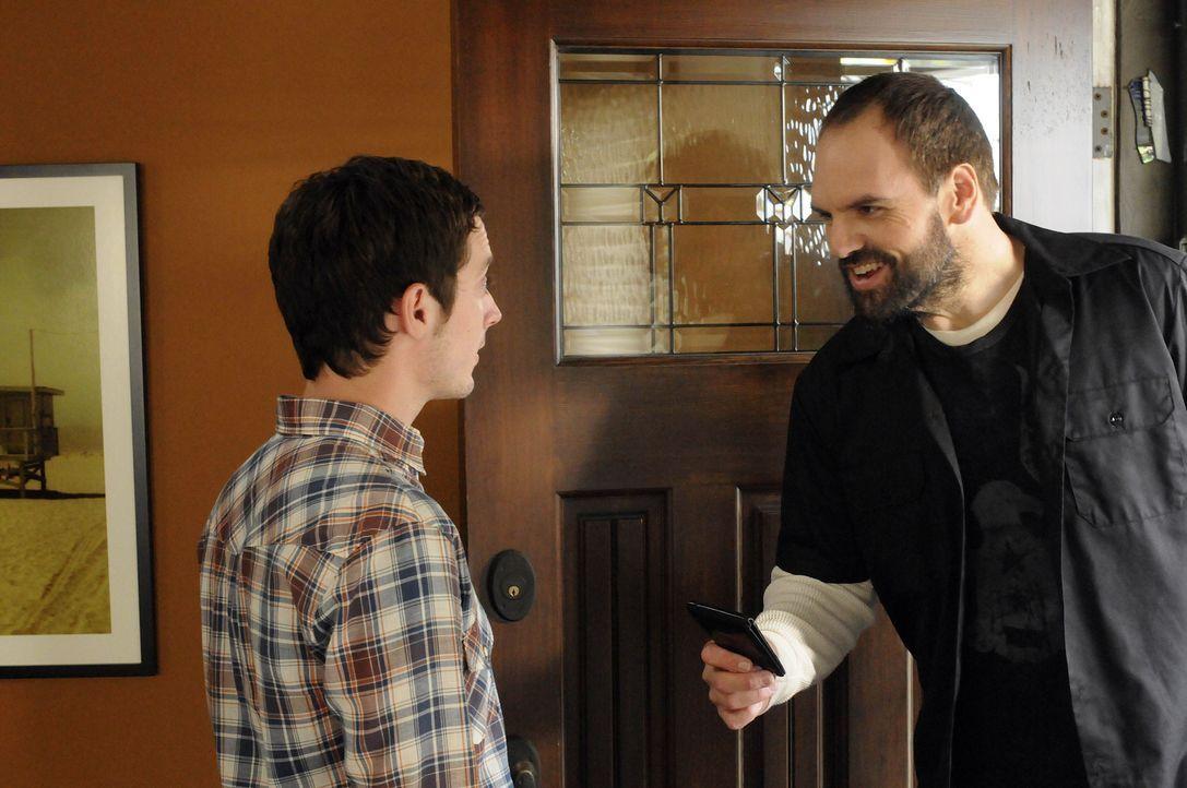 Wider Erwarten bietet Ryans (Elijah Wood, l.) Nachbar Spencer (Ethan Suplee, r.), der ein ungehobelter Klotz und sehr aufbrausend ist, ihm die Freun... - Bildquelle: 2011 FX Networks, LLC. All rights reserved.