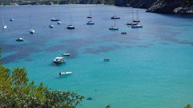 Azurblaues Wasser macht Ibiza zu einem der beliebtesten Urlaubsziele.