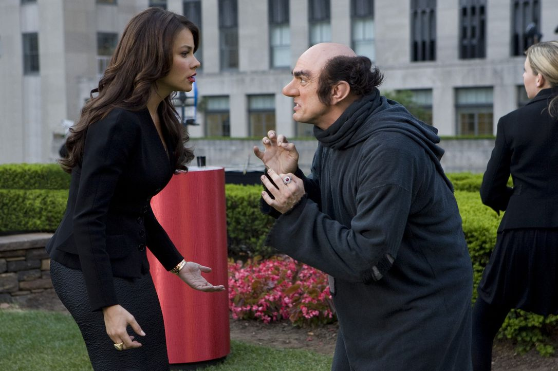 Die Schlümpfe sind los! Gargamel (Hank Azaria, r.) wittert eine Chance, zusammen mit Odile (Sofia Vergara, l.) die kleinen blauen Zwerge zu schnappe... - Bildquelle: 2011 Columbia Pictures Industries, Inc. and Hemisphere - Culver Picture Partners I, LLC. All Rights Reserved.