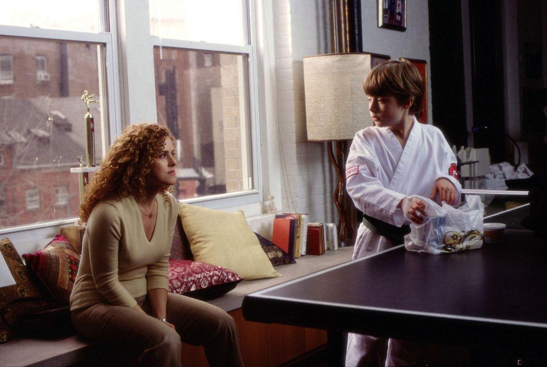 Psychotherapeutin Rebecca (Bernadette Peters, l.) hat an ihrem Jüngsten, dem 11jährigen Eli (Rory Culkin, r.), am meisten Freude ... - Bildquelle: Andrew Schwartz Buena Vista International