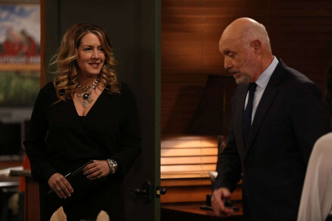 Wendi (Joely Fisher, l.); Ed Alzate (Hector Elizondo, r.) - Bildquelle: 2015-2016 American Broadcasting Companies. All rights reserved.