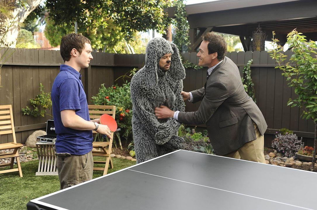 Ryan (Elijah Wood, l.) und Wilfred (Jason Gann, M.) sind sich einig: Drew (Chris Klein, r.), der Freund von Jenna, muss verschwinden ... - Bildquelle: 2011 FX Networks, LLC. All rights reserved.