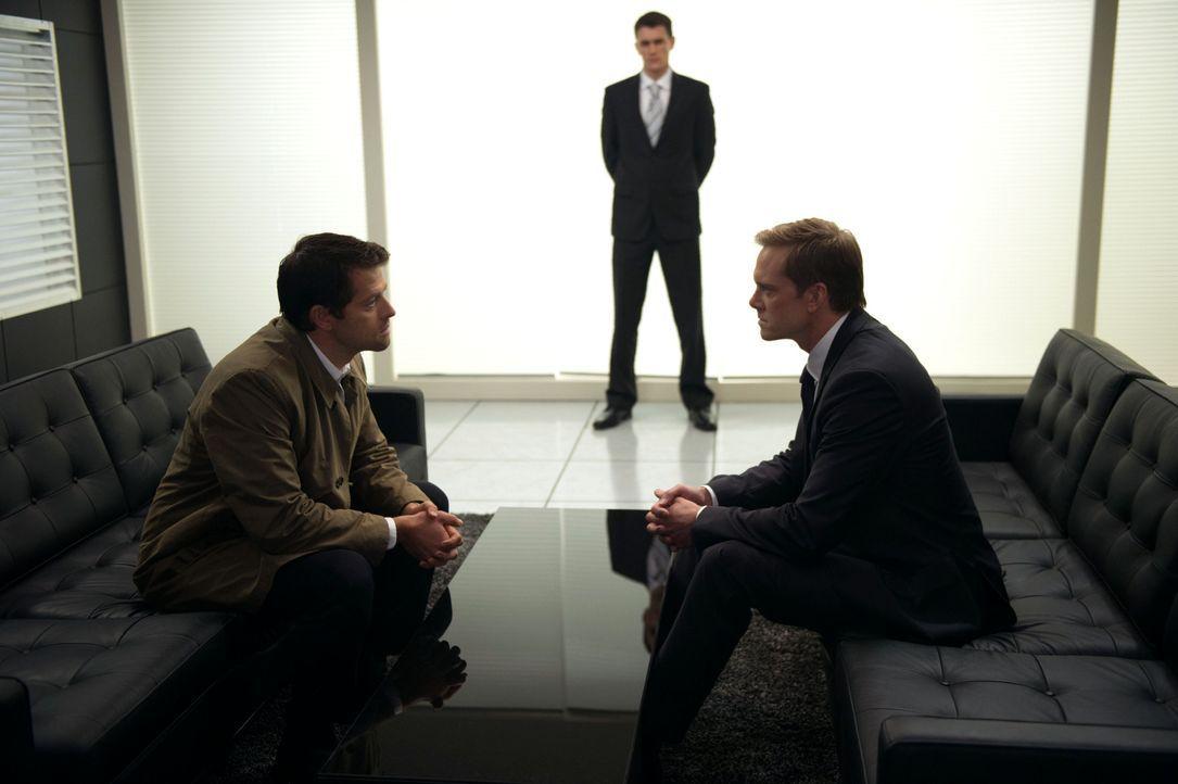 Was will Bartholomew (Adam Harrington, r.) von Castiel (Misha Collins, l.)? - Bildquelle: 2013 Warner Brothers