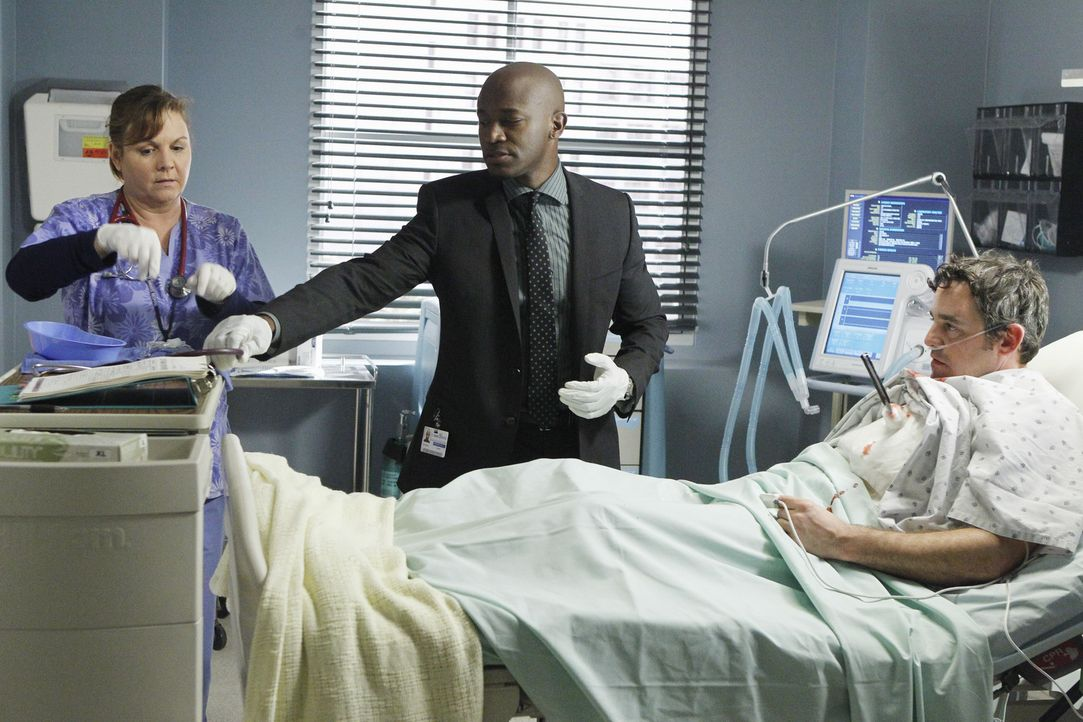 Sam (Taye Diggs, M.) wird in die Notaufnahme gerufen, nachdem ein Mann eingeliefert wurde, dessen Frau mit einem Messer in seine Brust gestochen hat... - Bildquelle: ABC Studios