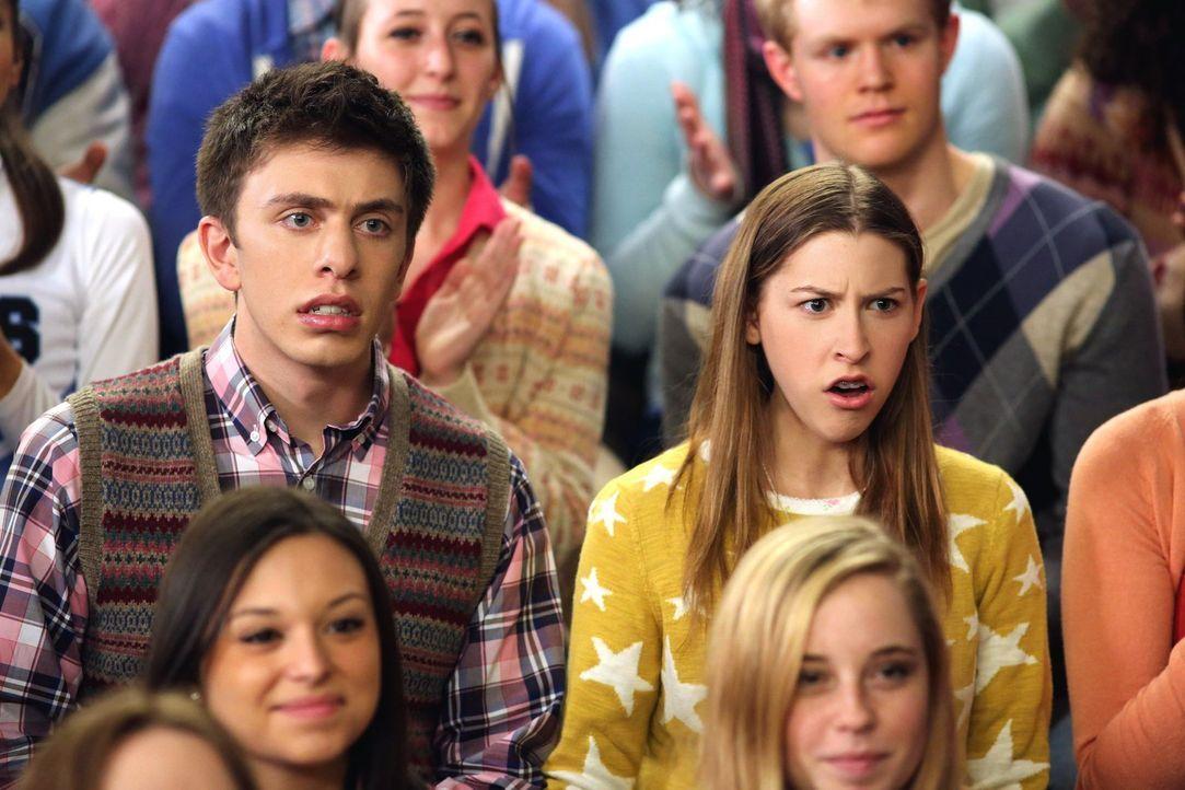 Brad (Brock Ciarlelli, l.) und Sue (Eden Sher, r.) sind entsetzt, als das Football-Cheerleading-Team verkündet, nun auch die Wrestler moralisch unte... - Bildquelle: Warner Brothers