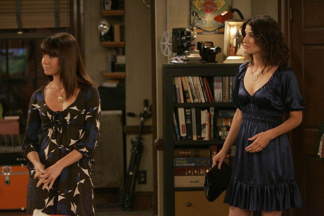 Während Lily (Alyson Hannigan, l.), Barney und Marshall Ted am Telefon unterstützen, macht sich Robin (Cobie Smulders, r.) zu einem Abendessen mit... - Bildquelle: 20th Century Fox International Television