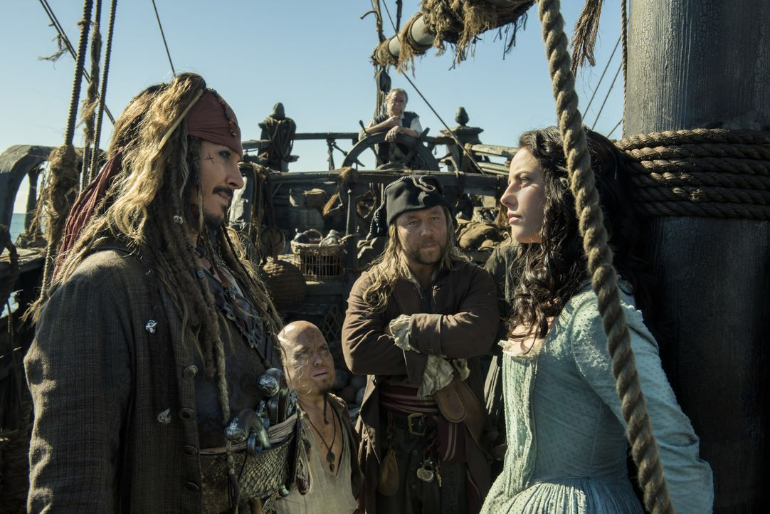 Captain Jack Sparrow (Johnny Depp, l.); Carina Smyth (Kaya Scodelario,r.) - Bildquelle: Peter Mountain Disney Enterprises, Inc. All Rights Reserved. / Peter Mountain