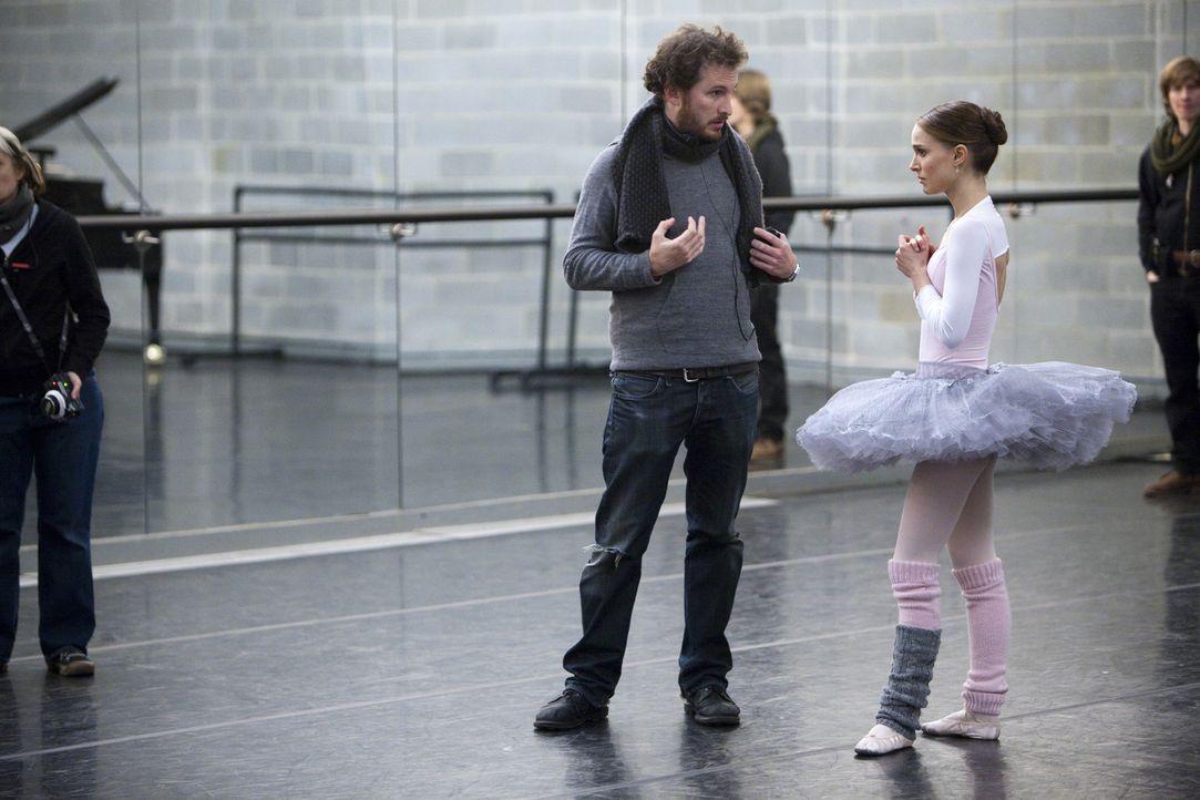 Während der Dreharbeiten: Regisseur Darren Aronofsky, l. und Natalie Portman, r. - Bildquelle: 20th Century Fox