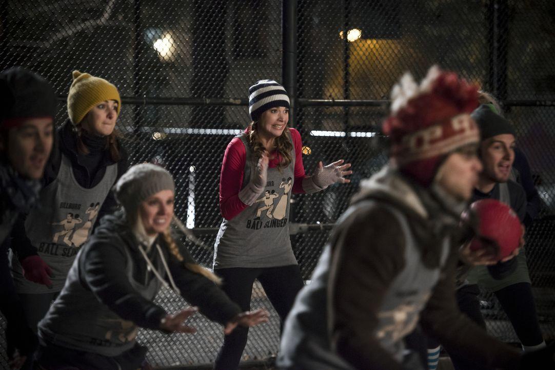 Nachdem Liza (Sutton Foster, M.) ihn in seinem Stolz verletzt hat, zeigt Jos ihr die kalte Schulter ... - Bildquelle: Hudson Street Productions Inc 2015