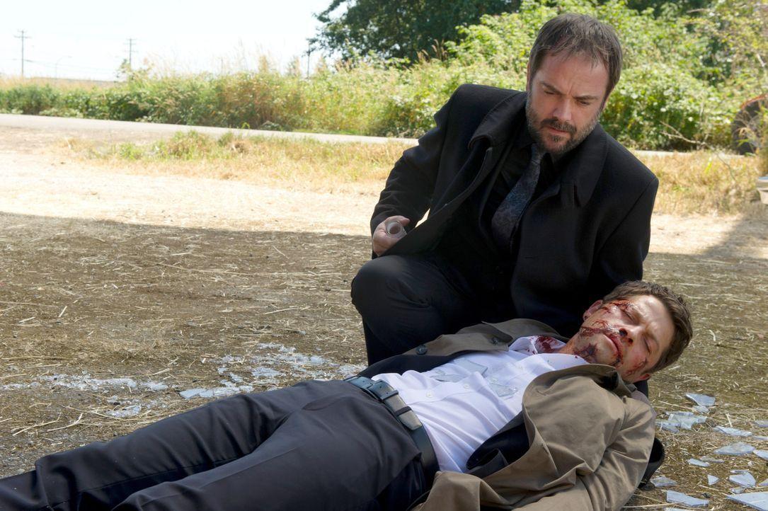 Als Castiel (Misha Collins, r.) lebensgefährlich verwundet wird, taucht ausgerechnet Crowley (Mark Sheppard, l.) auf. Was hat der Teufel mit dem ver... - Bildquelle: 2016 Warner Brothers
