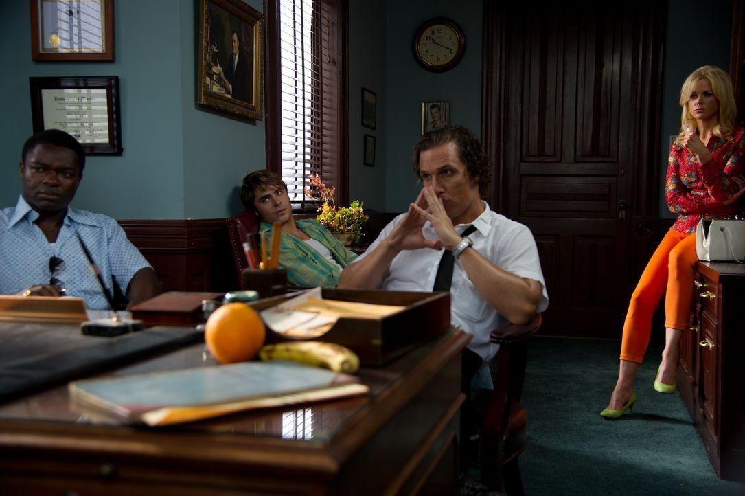 Im Florida der 1960er Jahre spüren die beiden Journalisten Ward (Matthew McConaughey, 2.v.r.) und Yardley (David Oyelowo, l.), Gangsterliebchen Char... - Bildquelle: 2012 PAPERBOY PRODUCTIONS, INC.
