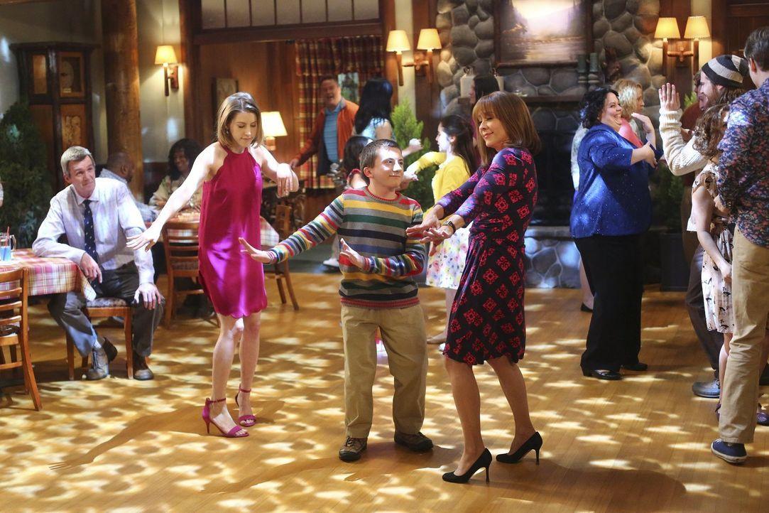 (v.l.n.r.) Mike (Neil Flynn); Sue (Eden Sher); Brick (Atticus Shaffer); Frankie (Patricia Heaton) - Bildquelle: Warner Brothers