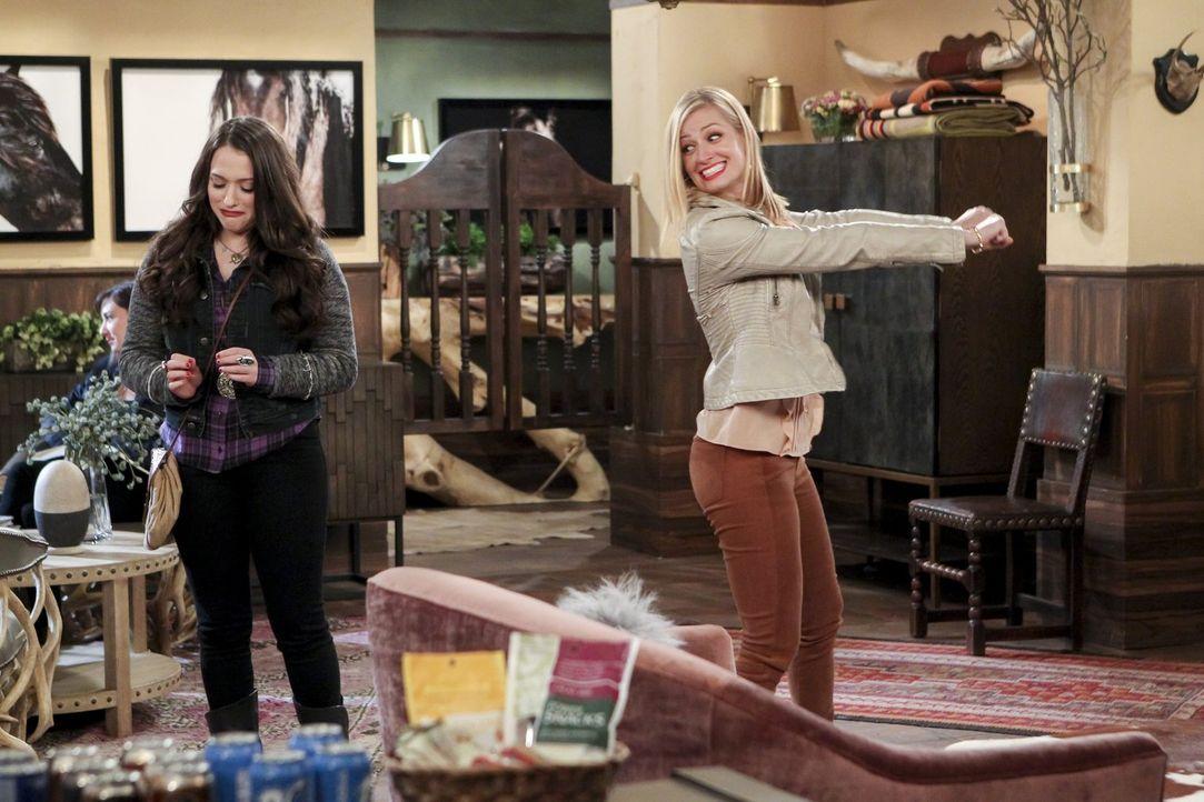 Während sich Max (Kat Dennings, l.) und Caroline (Beth Behrs, r.) in Texas an einem Zombie-Casting beteiligen, geraten die Bauarbeiten an ihrer Dess... - Bildquelle: Warner Bros. Television