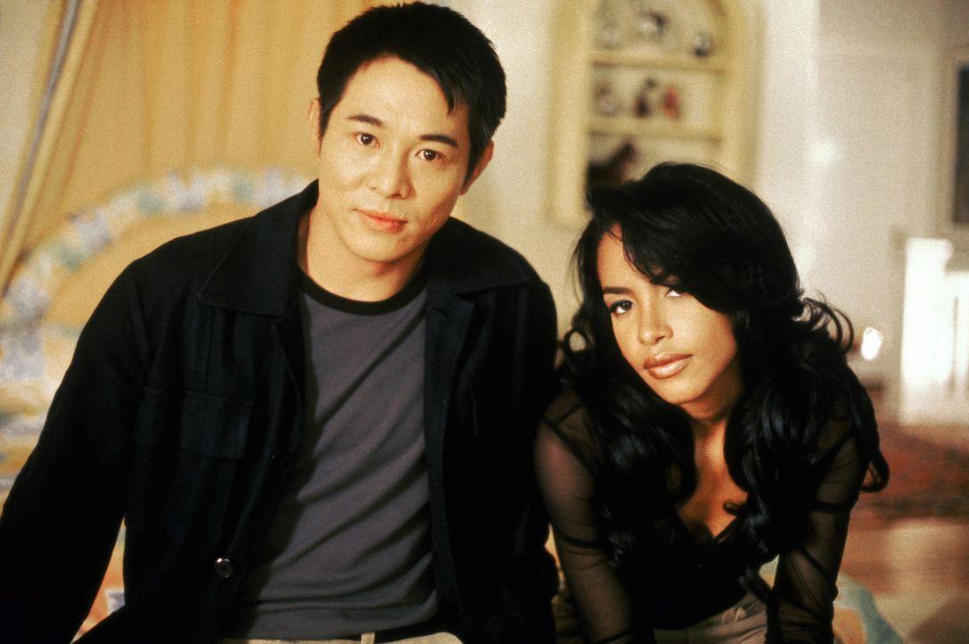 Da Han (Jet Li, l.) und Trish (Aaliyah, r.) mit den illegalen Aktivitäten ihrer Familien nichts zu tun haben wollen, beschließen sie, die Morde an... - Bildquelle: Warner Bros. Pictures