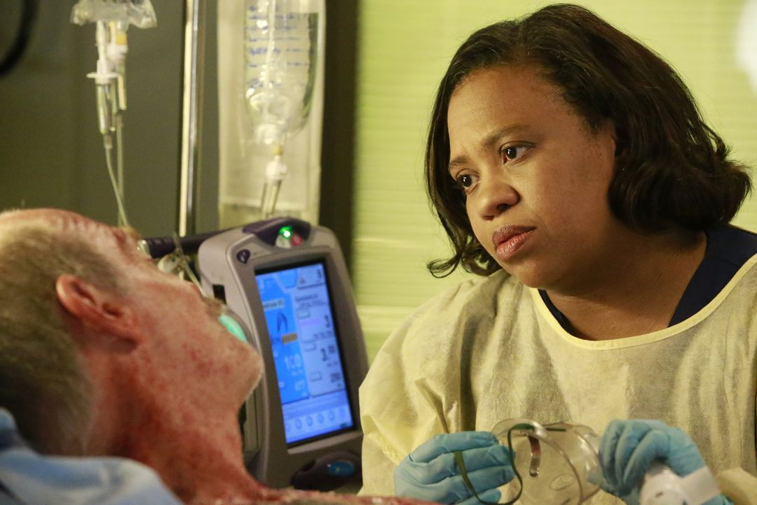 Im Krankenhaus herrscht Aufregung, als eine Gruppe Feuerwehrmänner eingeliefert werden. Bailey (Chandra Wilson, r.) kümmert sich um Casey (Casey San... - Bildquelle: Mitchell Haaseth ABC Studios