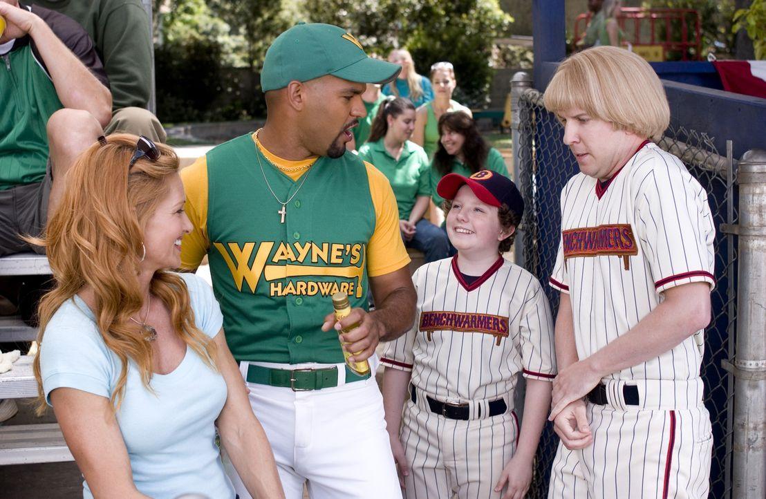 Richie (David Spade, r.) hat große Probleme, sich in seiner neuen Rolle als Baseball-Star wiederzufinden. Noch immer lässt er sich schnell einsch - Bildquelle: Sony Pictures Television International. All Rights Reserved.