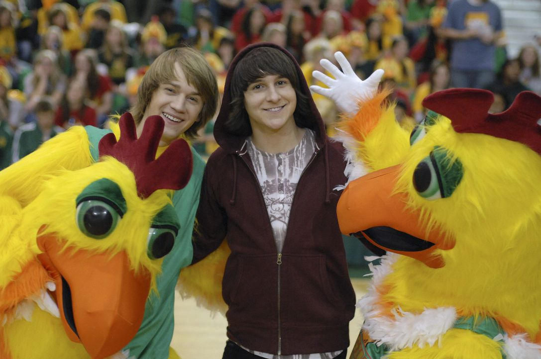 Pete Ivey (Jason Dolley, l.) ist ein Loser an seiner High School. Da überredet ihn sein bester Freund Cleatus (Mitchel Musso, r.), das Schulmaskott... - Bildquelle: Disney Enterprises, Inc. All rights reserved.