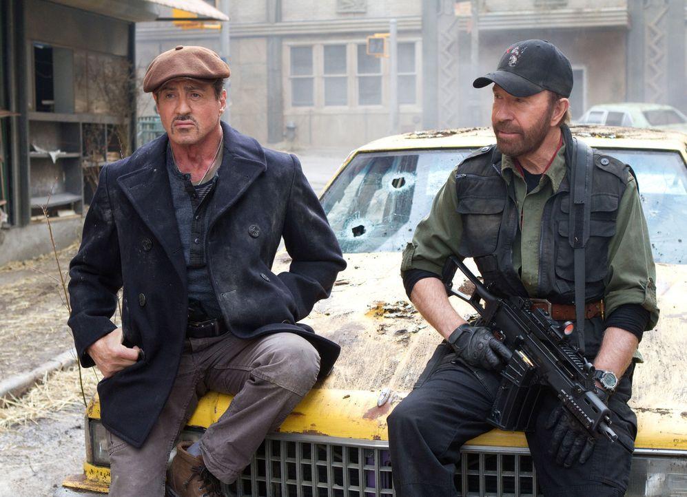Auch wenn Booker (Chuck Norris, r.) neu in der Söldnertruppe von Ross (Sylvester Stallone, l.) ist, bewährt er sich sofort im Kampf ... - Bildquelle: BARNEY'S CHRISTMAS, INC.  ALL RIGHTS RESERVED