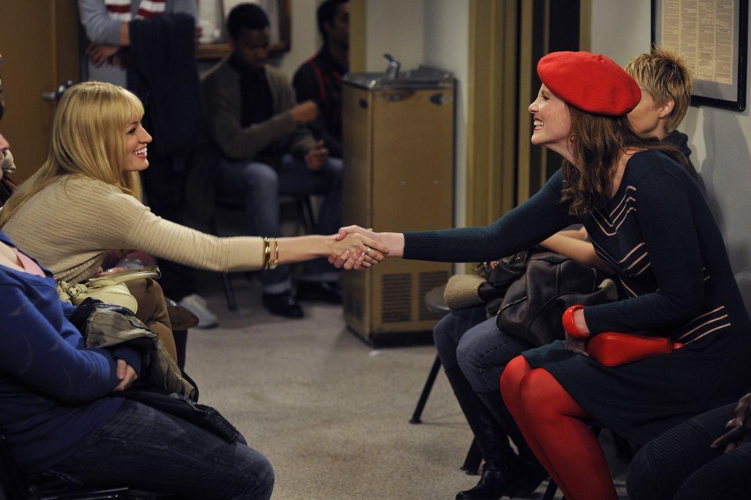Caroline (Beth Behrs, l.) macht in der U-Bahn Bekanntschaft mit einer späteren Arbeitskollegin. Was anfänglich Aussichten auf eine Freundschaft l - Bildquelle: Warner Brothers