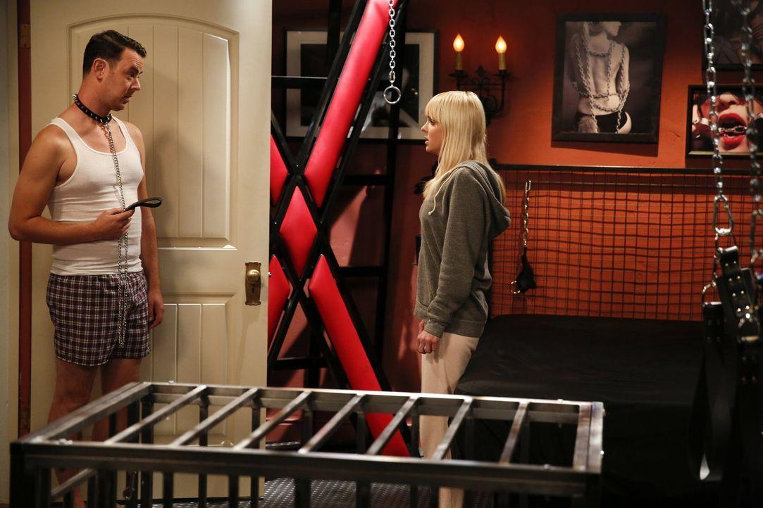 Ein einsamer Abend nimmt eine unerwartete Wendung: Christy (Anna Faris, r.) und Andy (Colin Hanks, l.) ... - Bildquelle: Warner Bros. Television