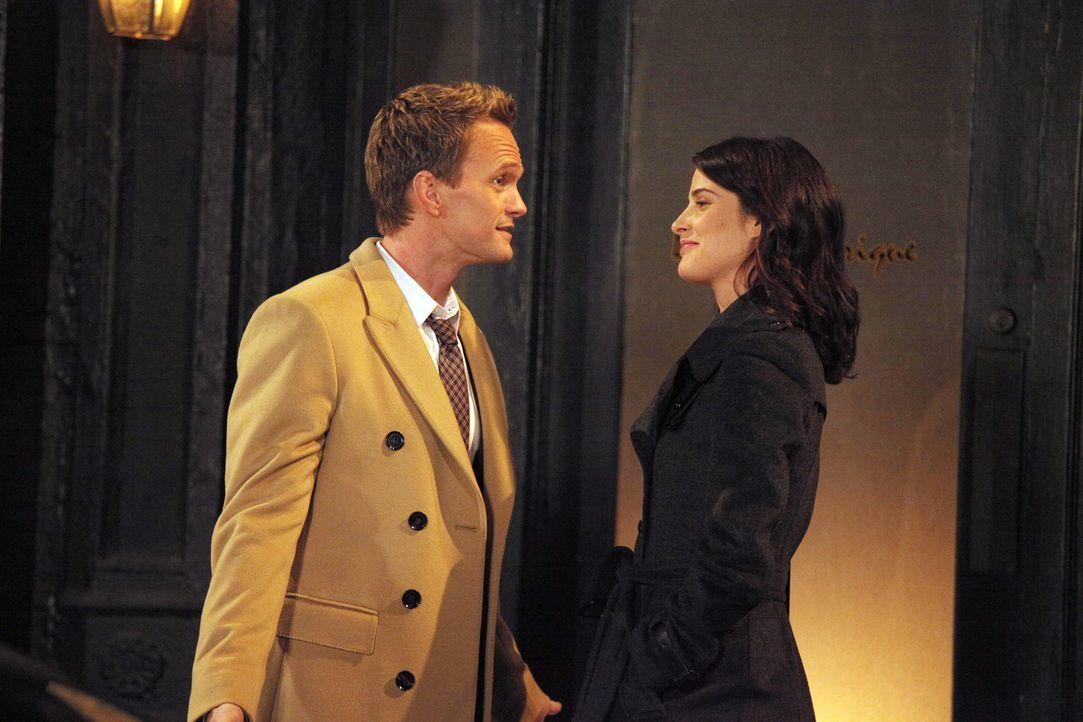 Als Robin (Cobie Smulders, r.) zögert, mit Nick Schluss zu machen, nimmt sich Barney (Neil Patrick Harris, l.) der Sache an ... - Bildquelle: 2012 Twentieth Century Fox Film Corporation. All rights reserved.