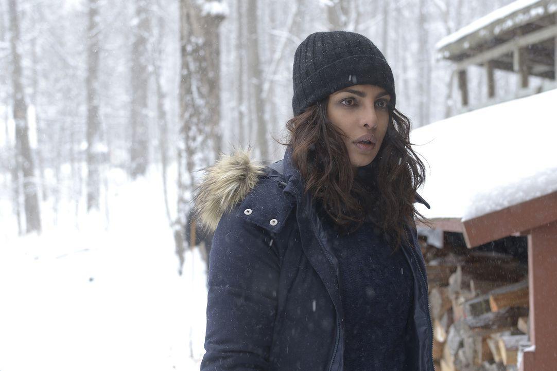 Alex (Priyanka Chopra) sucht Simon in seiner einsam gelegenen Hütte auf. Doch er ist nach den dramatischen Ereignissen in New York ein nervliches Wr... - Bildquelle: Philippe Bosse 2015 ABC Studios