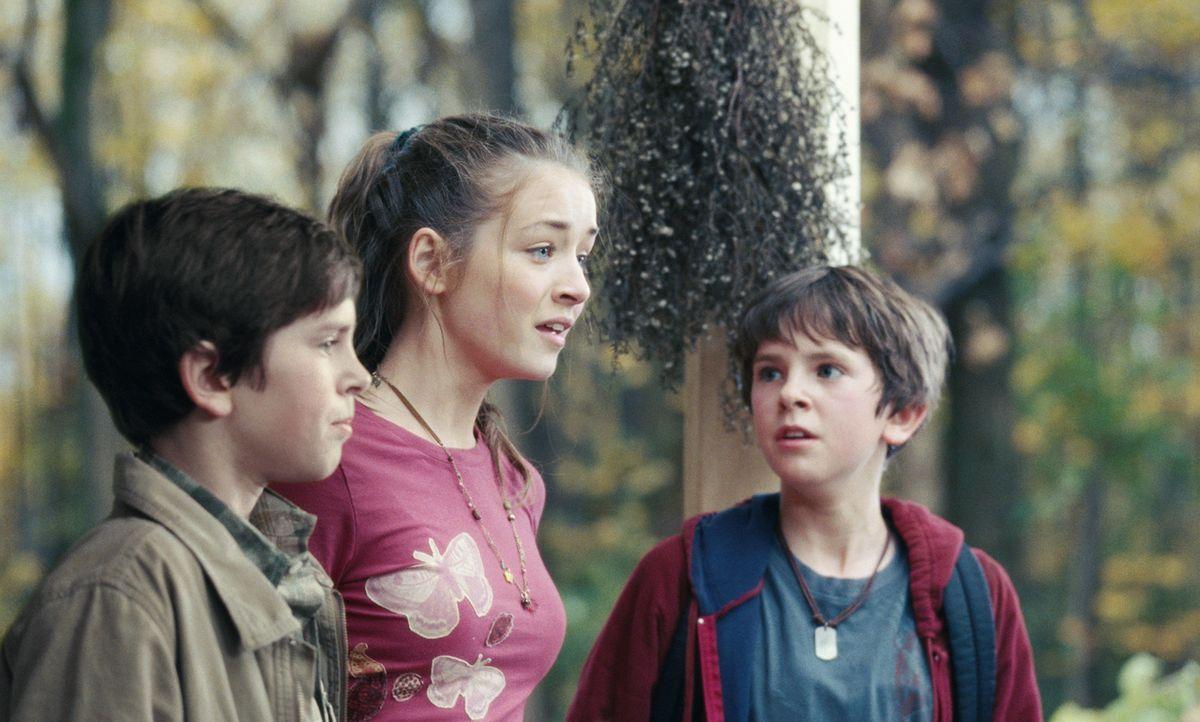 Kann Jared (Freddie Highmore, r.) seine Geschwister Simon (Freddie Highmore, l.) und Mallory (Sarah Bolger, M.) endlich von der Existenz der Kobolde... - Bildquelle: Paramount Pictures