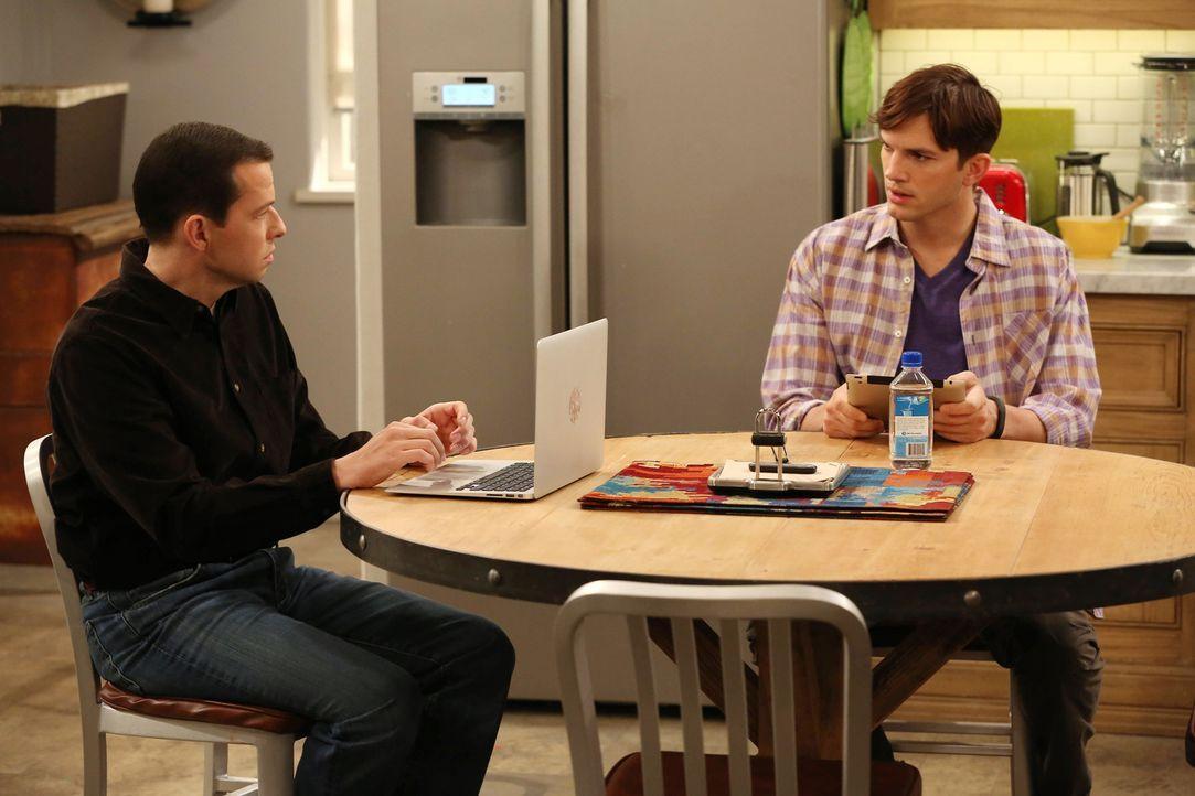 Während es Kandi noch einmal mit Alan (Jon Cryer, l.) versuchen möchte, versucht Walden (Ashton Kutcher, r.) sein Möglichstes, Berta einen schönen G... - Bildquelle: Warner Bros. Television