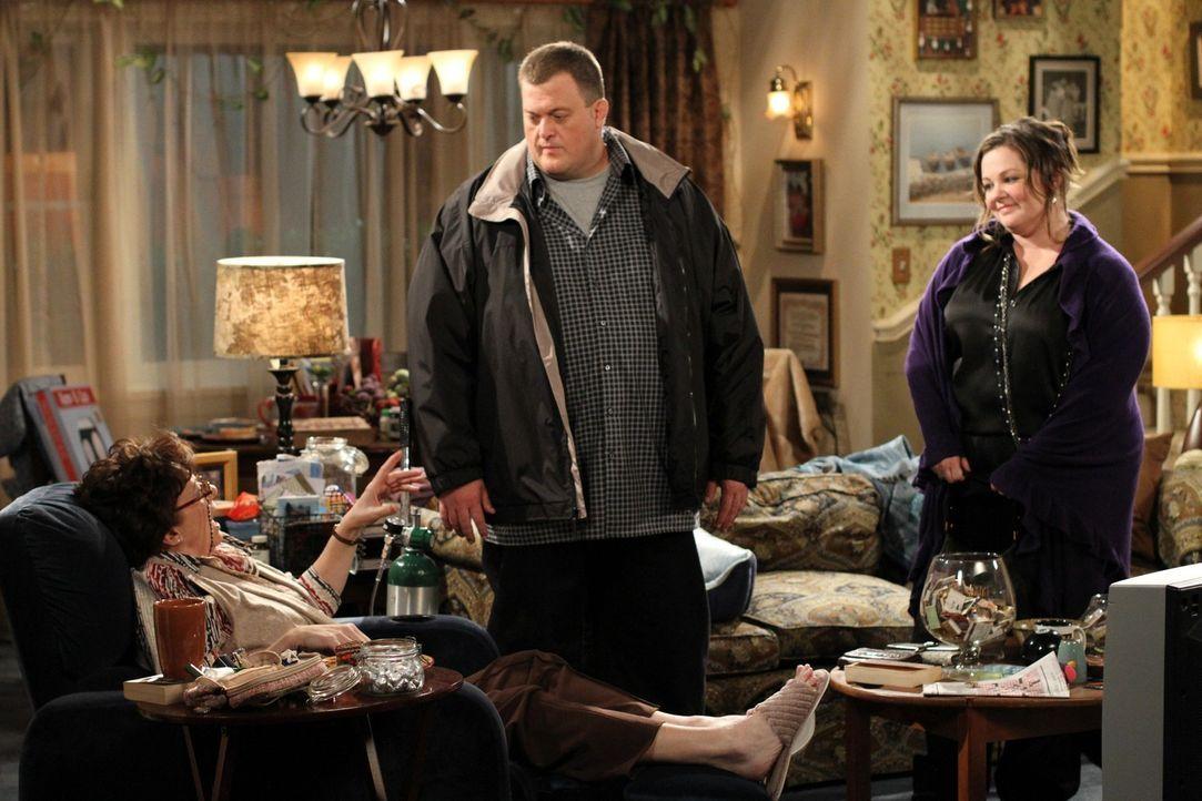 Versucht Molly (Melissa McCarthy, r.) und Mike (Billy Gardell, M.) auseinander zu bringe: Mikes Mutter Peggy (Rondi Reed, l.) ... - Bildquelle: Warner Bros. Television