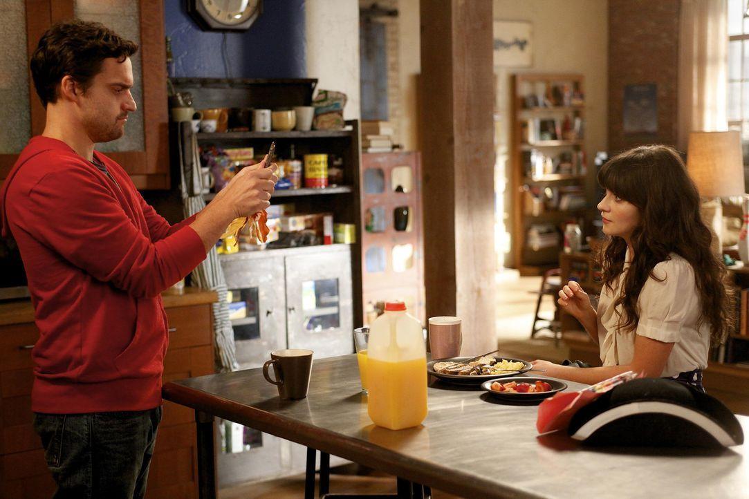 Voller Vorfreunde auf sein Date mit seiner heißen Kollegin Amanda tanzt Nick (Jake M. Johnson, l.) nackt vor dem Spiegel. Als Jess (Zooey Deschanel... - Bildquelle: 20th Century Fox