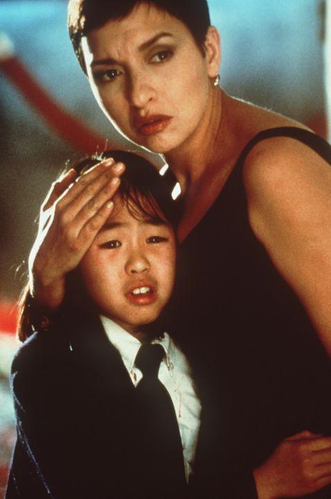 Die kleine Tochter des Konsuls, Soo Yung (Julia Hsu, l.) findet fürsorglichen Schutz bei der Polizistin Tania Johnson (Elizabeth Pena, r.) ... - Bildquelle: New Line Cinema