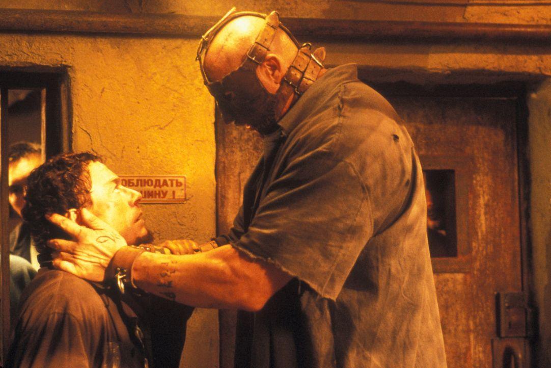 Schon bald wird Kyle (Jean-Claude Van Damme, l.) klar, dass das Überleben in der berüchtigten Strafanstalt Marquezas keineswegs ein leichtes Spiel... - Bildquelle: NU IMAGE