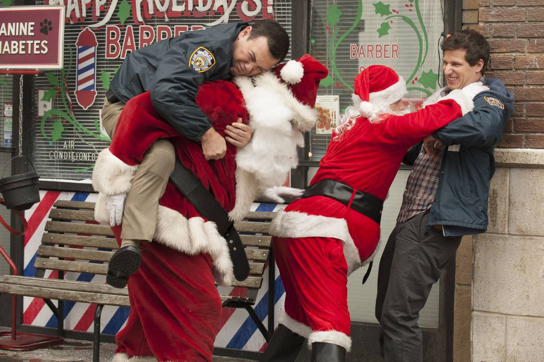 Jake Peralta (Andy Samberg, l.); Charles Boyle (Joe Lo Truglio, r.) - Bildquelle: Colleen Hayes 2013 NBC Studios LLC. All Rights Reserved. / Colleen Hayes