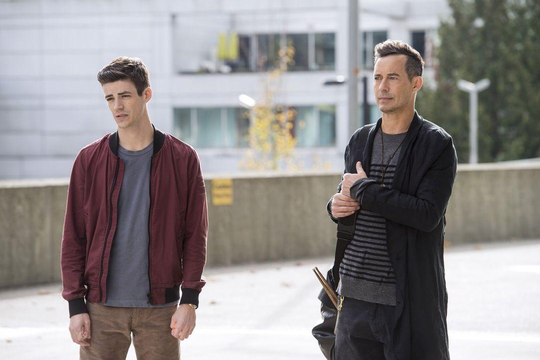 Noch ahnen Barry (Grant Gustin, l.) und H.R. (Tom Cavanagh, r.) nicht, dass der Kampf der beiden Vibes weite Kreise ziehen wird ... - Bildquelle: 2016 Warner Bros.
