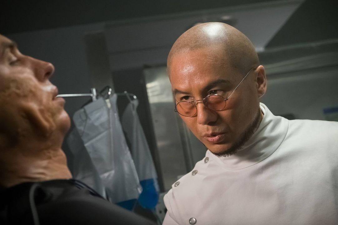 Dr. Strange (B.D. Wong, r.) führt weiterhin seine Experimente durch und hat in den letzten Stunden sieben Menschen von Toten wiedererweckt ... - Bildquelle: Warner Brothers