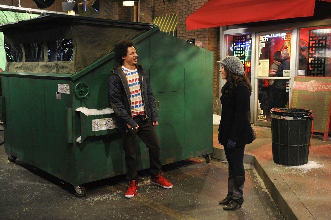 Eigentlich hat sich Max (Kat Dennings, r.) Dekes (Eric André, l.) Wohnung anders vorgestellt ... - Bildquelle: Warner Brothers Entertainment Inc.