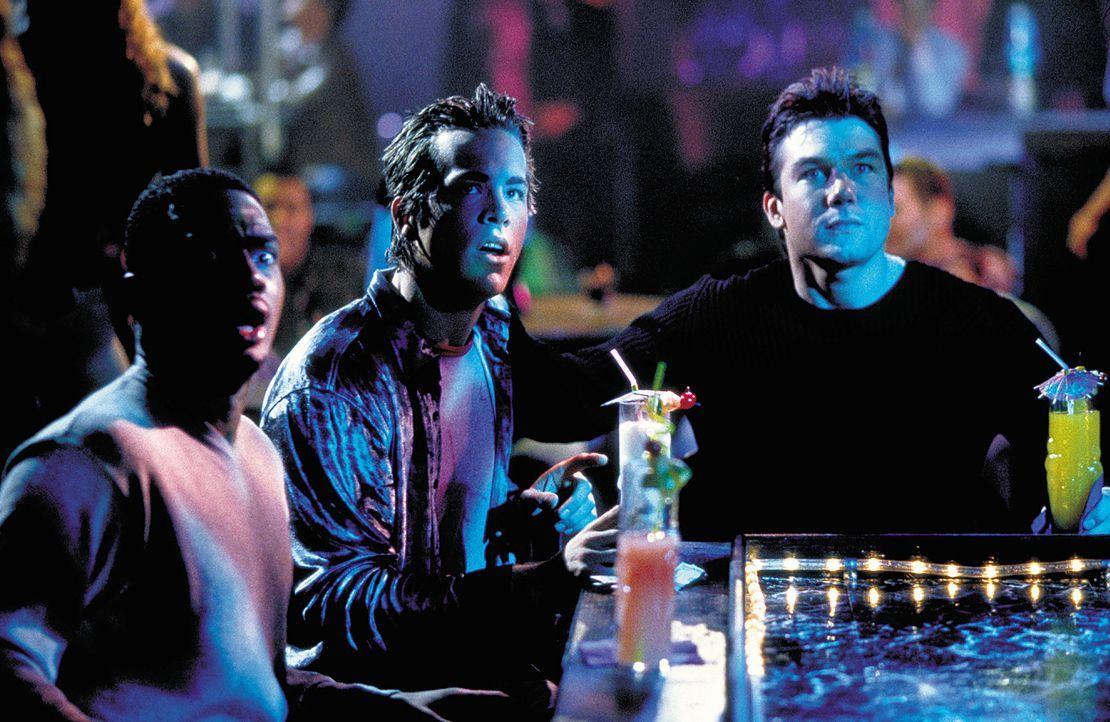 Gemeinsam mit seinen Freunden Mike (Ryan Reynolds, M.) und Jonesy (Bill Bellamy, l.) versucht sich David (Jerry O'Connell, r.) darüber klar zu werd... - Bildquelle: 2003 Sony Pictures Television International. All Rights Reserved.