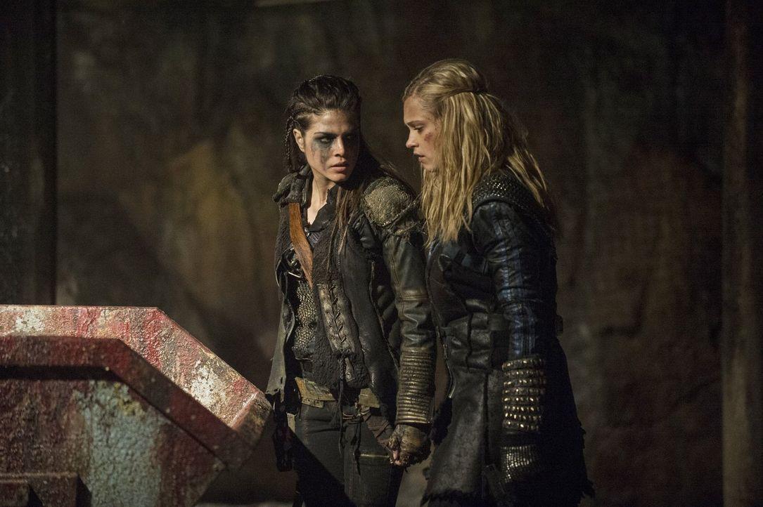 Octavias (Marie Avgeropoulos, l.) Vertrauen in Clarke (Eliza Taylor, r.) ist ziemlich gering und trotzdem müssen sie zusammenhalten, wenn sie ihre F... - Bildquelle: 2014 Warner Brothers