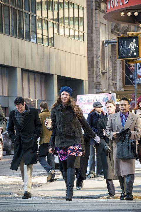 Nachdem ein attraktiver 26-Jähriger sie in einer Bar angesprochen hat und sie auf Mitte 20 geschätzt hat, trifft Liza (Sutton Foster) eine mutige En... - Bildquelle: Hudson Street Productions Inc 2015