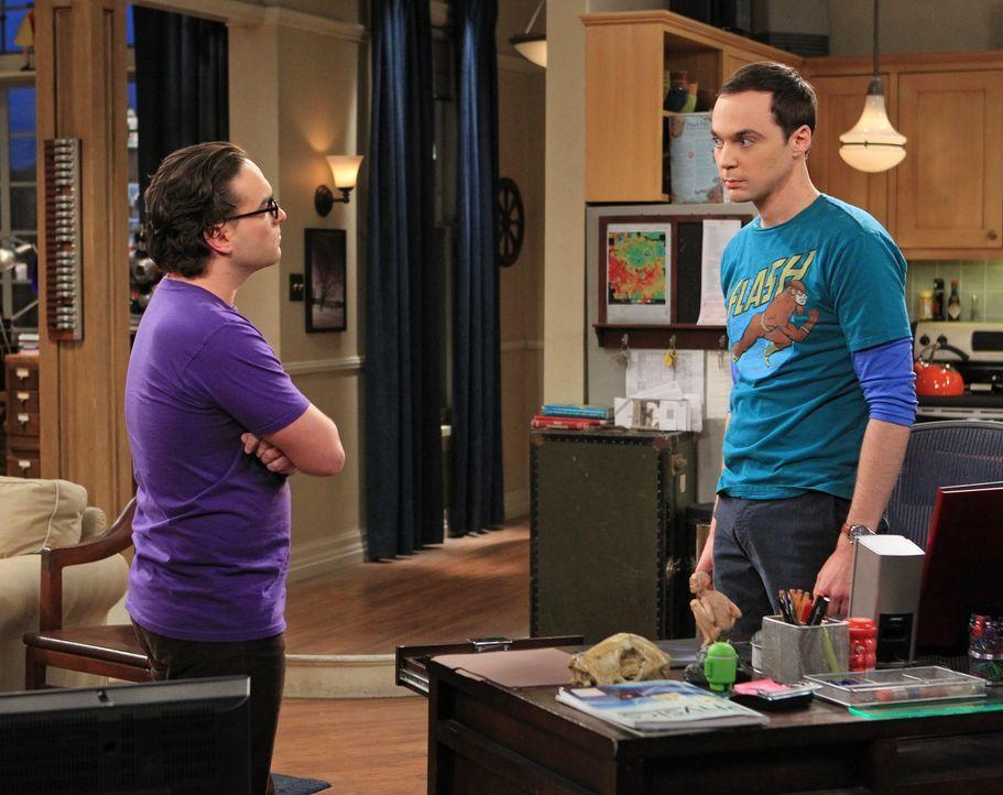 Geraten in einen ernsthaften Streit: Sheldon (Jim Parsons, r.) und Leonard (Johnny Galecki, l.) ... - Bildquelle: Warner Bros. Television