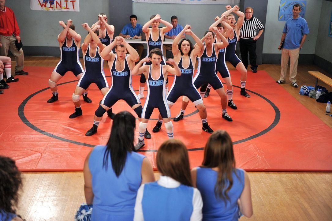 Matt (Moises Arias, M.) und seine Jungs vom Wrestling-Team haben eine Choreografie einstudiert, um Sue zu beeindrucken. Wie wird sie darauf reagieren? - Bildquelle: Warner Brothers
