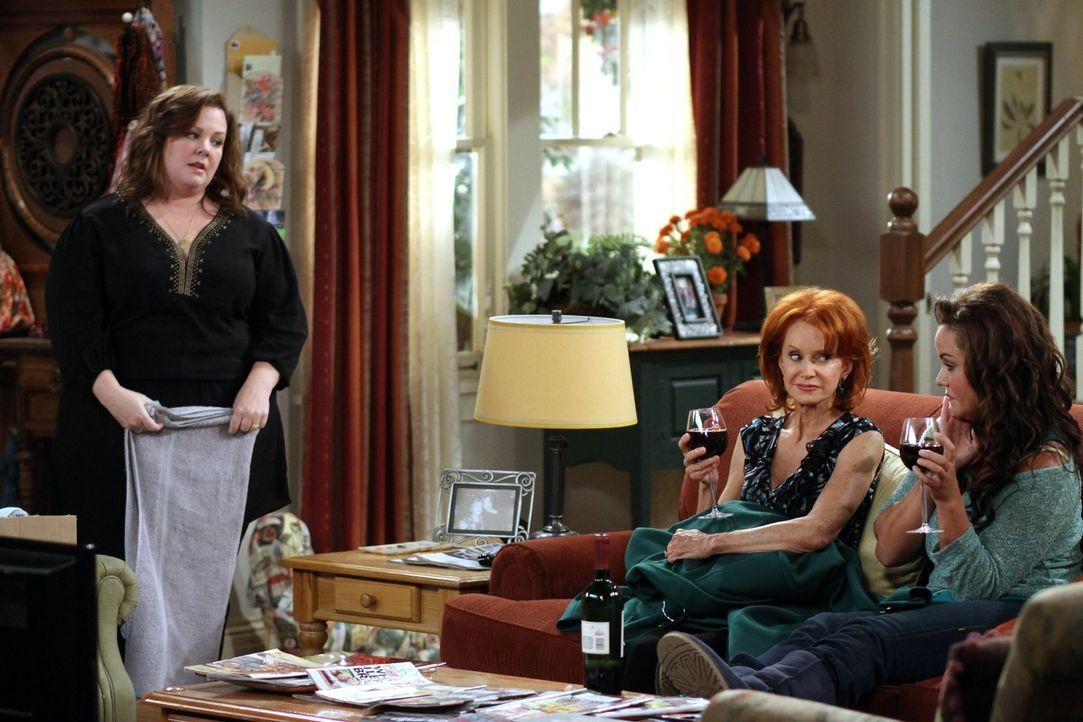Bekommen einen neuen Mitbewohner: Molly (Melissa McCarthy, l.), Joyce (Swoosie Kurtz, M.) und Victoria (Katy Mixon, r.) .... - Bildquelle: Warner Brothers