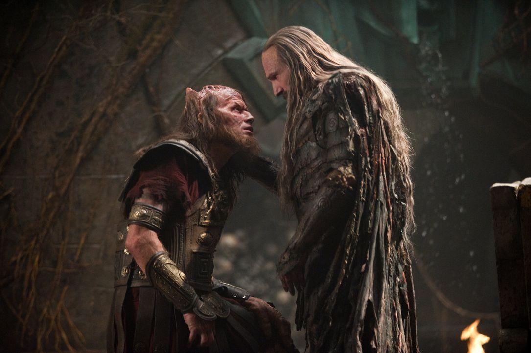 Calibos (Jason Flemyng, l.), ein ehemaliger aufsässiger König, und Hades (Ralph Fiennes, r.) erkennen, dass sie einen gemeinsamen Feind haben und sc... - Bildquelle: 2010 Warner Bros.