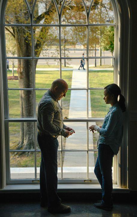 Big Jim (Dean Norris, l.) und Rebecca (Karla Crome, r.) entwickeln einen erschreckenden Plan, um die Ressourcen länger zu erhalten ... - Bildquelle: Brownie Harris 2014 CBS Broadcasting Inc. All Rights Reserved.