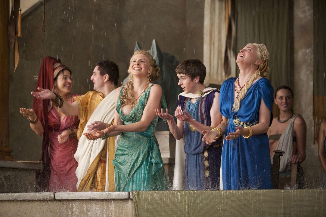 Kaum hat Spartacus Theokoles bezwungen, da haben die Götter ein Einsehen und lassen es endlich regnen: Ilithyia (Viva Bianca, 3.v.r.) und Lucretia... - Bildquelle: 2010 Starz Entertainment, LLC